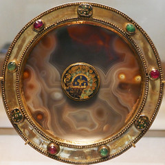 Sardonyx and gold paten with gems and an enamel piece - 6th-7th Century, enamel from Constantinople, 9th-10th Century (Monceau) Tags: muséedulouvre louvre paten sardonyx gold gems enamel sardinia 6th7thcentury squaredcircle squircle