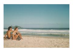 voce e eu (Francisco Olivares L.) Tags: rio brasil brazil sand people couple beach riodejaneiro barra barradatijuca horizon travel photo film 35mm analoga