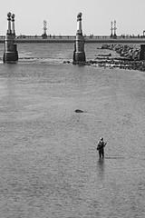 """... """"Gente en sitios"""" (Lanpernas 3.0) Tags: donostia sansebastián pesca pescador río mareabaja bajamar puente zurriola gente brigde futurismo arquitectura ingenieria farolas modernismo"""