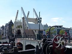 und hoch....- and upwards.... (Anke knipst) Tags: magerebrug amsterdam amstel niederlande netherlands brücke bridge boot explored