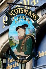 Scotsman's Lounge (just.Luc) Tags: europa europe sign pub café bar enseigne uithangbord cockburnstreet edinburgh edinbourgh royaumeuni verenigdkoninkrijk unitedkingdom grootbrittanië grandebretagne greatbritain scotland schotland ecosse man homme hombre uomo scotsman schot ecossais