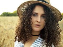 Sonia (Agustin 68) Tags: artistico modelo sombrero trigo ojos azules blueeyes reportajefotografico sesionexterior pose luznatural color naturaleza