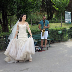 The bride dance to the sound of the saxophone... (pivapao's citylife flavors) Tags: paris france wedding trocadero streetartist beauties girl