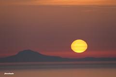 Entre el alba y la noche hay un abismo. (Fito Rolando) Tags: atardeder puesta sol mar oia santorini grecia isla púrpura naranja estribación