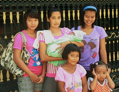 bringing home a new baby (the foreign photographer - ฝรั่งถ่) Tags: five women baby khlong thanon decorated iron gate gold black portraits bangkhen bangkok thailand canon kiss
