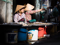 Saigon 35 (arsamie) Tags: saigon vietnam ho chi minh city street phu nhuan non la conical hat triangle market fish women sell buy trade clair obscur morning life people asia