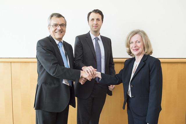 José Viegas, Nancy Vandycke and Kevin Webb shaking hands