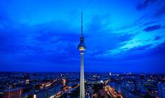 Telespargel 🗽 (Andie Wandsch) Tags: alex alexanderplatz berlin berlinmitte telespargel tvtower fernsehturm blauestunde bluehour skyline night nacht tower turm nachtaufnahme perspektive weitwinkel mitte city