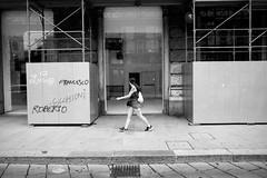 L'attrazione per il vuoto (MI) (Ondablv) Tags: negozio vetrina shopping shop close vuota vuoto spoglia niente passo donna ragazza sguardo acquisto street strada fotografia milano soggetto ritratto portrait persona bianco nero black white city ondablv leica serie q workshop akademie