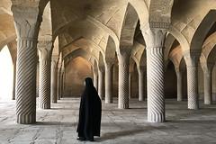 En la mezquita, Shiraz. (Victoria.....a secas.) Tags: irán shiraz mezquita mosque mujer woman