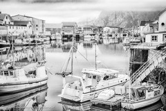 Henningsvaer (Massimiliano Grossi) Tags: norway henningsvaer massimilianogrossi canon5d norvegia landscape seaside canoneos5d eos5d aperto mare bianconero pescatri fishermen fisherman northsea maredelnord pescatore circolopolareartico bw