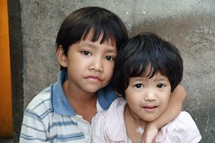 brother and sister with soulful looks (the foreign photographer - ฝรั่งถ่) Tags: brother sister children young child arm around khlong thanon portraits bangkhen bangkok thailand canon kiss