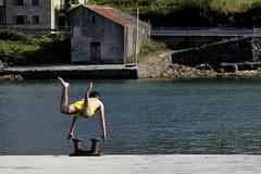 Olimpíadas en Muros (heroma) Tags: malecón salto altura mar niños muros acoruña galicia