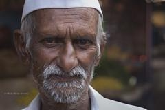 BADAMI : PORTRAIT D'HOMME DANS UN MARCHÉ (pierre.arnoldi) Tags: inde india pierrearnoldi portraitdhomme marché badami karnataka photoderue photooriginale photocouleur