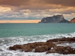 Marina. (Pilar Lozano ♥) Tags: mar cielo rocas olas montaña atardecer pilar lozano♥