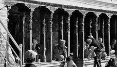 """NEPAL, Pashupatinath, Zu den Hindutempeln und Verbrennungsstätten, 16312/8616 (roba66) Tags: blackwhite bw sw branco negro blackandwhite blancoenero blancoynegro monochrome byn bretoebranco einfarbig schwarzweis roba66 reisen travel explore voyages visit urlaub nepal asien asia südasien kathmandu pashupatinath """"pashu pati nath"""" """"pashupati """"herr alles lebendigen"""" tempelstätte hinduismus shivaiten tempel verehrungsstätte shiva tradition religion building menschen leute bettler saddhus typen"""
