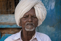 BADAMI : PORTRAIT D'HOMME AU TURBAN BLANC (pierre.arnoldi) Tags: inde india pierrearnoldi portraitdhomme turbanblanc badami karnataka photoderue photooriginale photocouleur portraitsderue