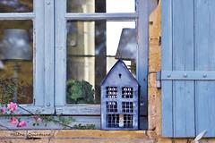 Et dans le coin une petite maison (Hélène Quintaine) Tags: maison fenêtre volet carreau transparence bois zing vitre chartreuse colombier chartreuseducolombier dordogne périgord france