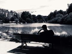 Lecture à Montsouris (Paris) (adèlebernard) Tags: wandb bandw blanc white black noir blackandwhite montsouris men man homme arm bras paris noiretblanc water lac eau immeuble banc garden parc