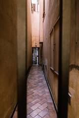 When the walls come closer ... (Thomas Listl) Tags: thomaslistl color yard perspective 24mm wideangle rom roma rome path light street italy orange door walls narrow space