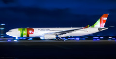 TAP A330, the long one! (LeoMuse747) Tags: tap portugal airbus a330300 cstou fortaleza pinto martins intl international airport for sbfz leomuse747 nikon nikkor d5100 18105mm vr camera lens dslr nightshot night panning motion blur photo photography tmafortaleza nightpanningproair proair shutterspeed slow