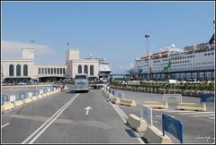 Entrada al puerto (Nápoles, Italia, 2-7-2009) (Juanje Orío) Tags: italia nápoles 2009 italy barco puerto ship boat cruise grandcelebration