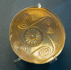 IMG_1939 (jaglazier) Tags: 1850bc1550bc 2017 7417 aigina archaeologicalmuseums britishmuseum bronzeage copyright2017jamesaglazier cretan cups england greek jewelry july london minoan museums rosettes urbanism archaeology art cities crafts crete gold goldworking metalworking raised repousse runningspirals sheetwork spirals westminster