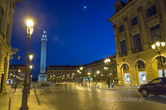 Place Vendôme à Paris (louis.labbez) Tags: paris 2017 monument labbez france europe nuit ã©clairage night rue lampadã¨re lumiã¨re vendã´me place street circulation colonne napolã©on rã©verbã¨re lune moon pavã© square ville town ciel bleu iledefrance éclairage lampadère lumière vendôme napoléon réverbère pavé