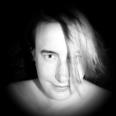 Selbst Vertrauen - self-confidence (One-Basic-Of-Art) Tags: 1basicofart onebasicofart annewoyand woyand anne self moi me ich i selfportrait portrait porträt face gesicht people mensch human person girl feminine female frau weiblich augen yeux eyes mouth mund nase etc fotografie photography canon canoneos canoneos350d schwarz weis weiss grau gris grey gray black white noir blanc mono einfarbig monochrome monochrom