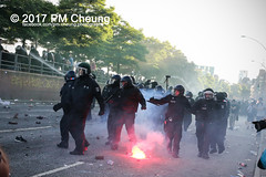 Protest gegen G20 - Demonstration: Welcome to Hell - 06.07.2017 - Hamburg - IMG_1796 (PM Cheung) Tags: g20 hamburg welcometohell demonstration schwarzerblock protest g20summit krawalle ausschreitungen umsganze colourtheredzone shutdownthelogisticsofcapital polizei kundgebung fischmarkt roteflora schanzenviertel pmcheung wasserwerfer blockaden räumpanzer 2017 demo mengcheungpo gewerkschaftsprotest tränengas facebookcompmcheungphotography g20gegner 06072017 krisenpolitik blockupy hansestadt hartmutdudde polizeirepression camp kapitalismus usk partypolizei pomengcheung antikapitalismus g202017 gipfelgegner blockadeaktionen grosdemonstration gipfelprotest hamburgermesse donaldtrump angelamerkel euflüchtlingspolitik kurden türkei