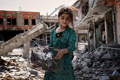 Old Mosul (rvjak) Tags: guerre war mosul mossul iraq irak child enfant refugee réfugié idp oiseaux bird pigeon fille girl mossoul ruine destroyed city ville détruite ruin fear peur