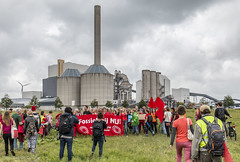 Stop burning fossil fuels (Tobias Dander) Tags: tobiasdander amsterdam hemweg coderood fossielvrij coal fossilfree climate change climatechange protest petroleumhavenweg hemwegcentrale climatejustice demonstration rally fossil fuels flag banner red energy power powerstation