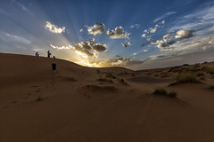 Atardecer (por agustinruizmorilla) Tags: landscape sunset beach travel sun alone sand dawn hot desert hill barren dry dune adventure remote arid no person agustinruizmorilla merzouga morocco dunes