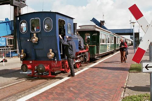 Stoomlocomotief Borkum voor de trein terug naar de stad.