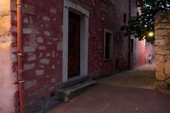 La Bistourlière (Clydomatic) Tags: rue roussillon ruelle passante promeneuse soir nuit luminaire lampadaire ocre rouge