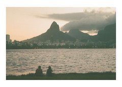 Lagoa (Francisco Olivares L.) Tags: brasil brazil rj rio riodejaneiro lagoa lago sunset people ipanema 35mm film analoga travel