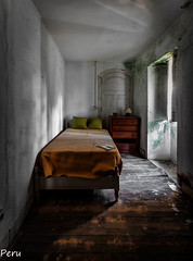 habitacion individual (Perurena) Tags: habitacion room dormitorio bedroom cama bed letto abandono decay ruina escombros suciedad dirty ventana window luz sombra light shadow urbex urbanexplore