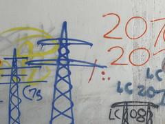 Strommast (gittermasttyp2008) Tags: powertower powerpole power powerpylon pylon powerline pole collor farbe electricitytower energie energy wandern wand erdseil eisen latticeclimbing latticekategorie pardune p graffitistrommast graffiti wald jahr highvoltage strommast strommasten latticecategory