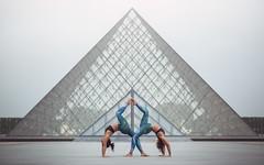 (dimitryroulland) Tags: nikon d600 dimitryroulland paris france duo yoga flexible people flexibility louvre urban street city natural light sport performer art