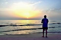Atenta mirada... (ZAP.M) Tags: playa patja oliva olas amanecer silueta contraluz mar orilla paisvalenciano españa flickr zapm mpazdelcerro nikon nikond5300 naturaleza nature crepúsculo