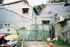 (埃德溫 ourutopia) Tags: film kodak colorplus kodakcolorplus200 kodak200 yashica t2 t3 t4 t5 filmphotography analog analogphotography parkinglot parking car wall warning handwriting フィルム taxi