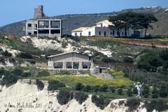 LEGALE EN ILLEGALE BEBOUWING LANGS DE KUST || LEGALI E ILLEGALI EDIFICI LUNGO LA COSTA || LEGAL AND ILLEGAL BUILDINGS ALONG THE COAST (Anne-Miek Bibbe) Tags: sicilië sicilia sicily oostsicilië italia italië italy zee sea turksetrappen canonpowershotsx280hs annemiekbibbe bibbe 2017 scaladeiturchi turkishsteps mare