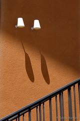 Lampen die Schatten werfen statt Licht (Sockenhummel) Tags: hausderkulturen johnfosterdullesallee kongresshalle schatten sabinemarzahn fujix30 x30 fujifilm lampen wandlampen sonne wand mauer geländer