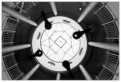 Blick nach oben – looking up (frodul) Tags: architektur detail fenster gebäude gebäudekomplex geländer gestaltung innenansicht konstruktion kurve linie verglasung glaskuppel dach bw einfarbig monochrom sw niedersachsen deutschland