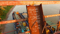 Been There - Long Bien Bridge (Vietnam) (ID Hearn Mackinnon) Tags: vietnam vietnamese viet 2016 australian photographer ha hanoi noi north long bien bridge oldbridge grafitti message scrawl river idhearnmackinnon city urban rust rusting rusty