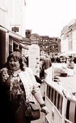 Die Riesen Kugel für 0,90 .. :D (Claudio Taras) Tags: claudio contrasto canona1 film fomapan street streetshot shadow 35mm 50mm14 portrait people persone bw biancoenero monocromo monochrom sepia taras trier grain grana gelato