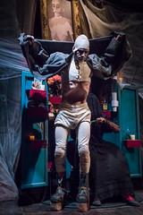 Junior y su mamá (Juan Ig. Llana) Tags: leioa bizkaia euskadi umoreazoka espectáculo artista actor teatro escenario disfraz freak monstruo hombreesqueleto mamá cuadro retrato oscuridad telarañas zb