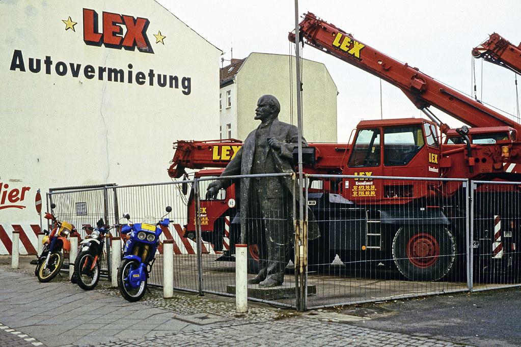 Leninstatue Michael Westdickenberg Tags Lenin Denkmal Autovermietung Lex Berlin 1996 Statue Carrental