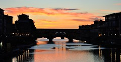 Firenze XI, Toscana, Italy (Gonzalo Aja) Tags: ponte puente bridge vecchio firenze florence florencia toscana tuscany italy italia arno river t río water agua cielo sky clouds nubes city ciudad cityscape architecture arquitectura urban urbano lights luces sunset atardecer d3000