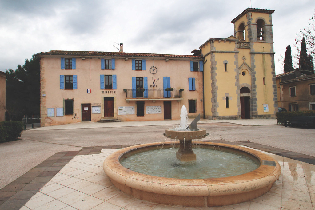 Mairie et Eglise Sainte-Marie, fontaine sur le parvis